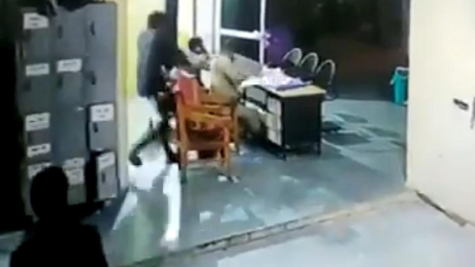 Viral Video: ವಿಚಾರಣಾಧೀನ ಖೈದಿಯಿಂದ ಪೋಲಿಸರ ಮೇಲೆ ಹಲ್ಲೆ!