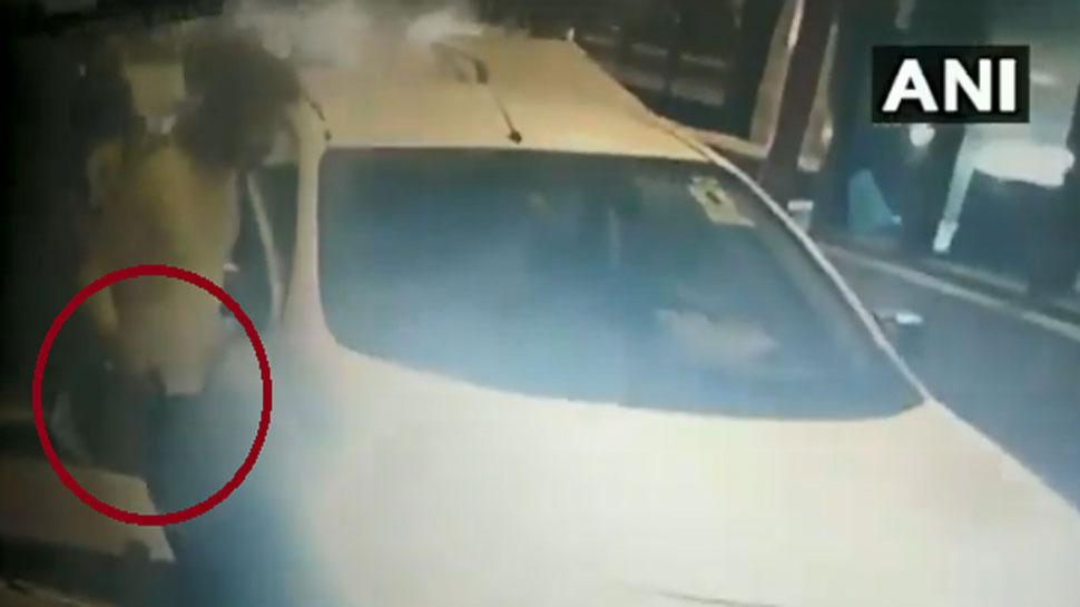 VIDEO: ಟೋಲ್ ಪ್ಲಾಜಾದಲ್ಲಿ ಹಣ ಪಾವತಿಸದೇ ಗನ್ ತೋರಿಸಿ ವ್ಯಕ್ತಿ ಪರಾರಿ!