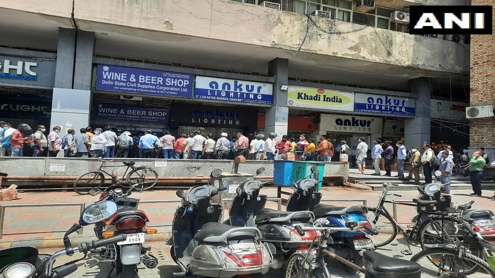 Delhi Lockdown: ಮದ್ಯ ಖರೀದಿಗೆ ಮುಗಿಬಿದ್ದ ಜನ, ಔಷಧಿ ಅಲ್ಲ ಪೆಗ್ ಕೆಲಸಕ್ಕೆ ಬರುತ್ತೆ ಎಂದ ಮಹಿಳೆ