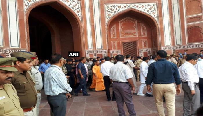 ತಾಜ್ ಮಹಲ್ ನಲ್ಲಿ ಶುಚಿತ್ವ ಕಾರ್ಯ ಕೈಗೊಂಡ ಸಿಎಂ ಯೋಗಿ ಆದಿತ್ಯನಾಥ್