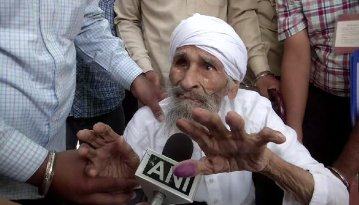 ದೆಹಲಿಯ ಹಿರಿಯ ಮತದಾರ 111 ವರ್ಷದ ಬಚ್ಚನ್ ಸಿಂಗ್ರಿಂದ ಮತದಾನ